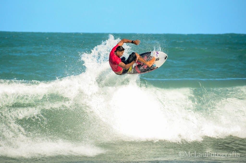 Practicar surf en la Playa de Maracaípe