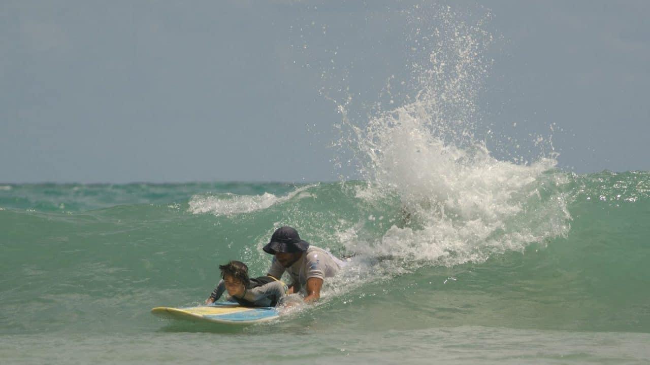 aula-surfe-porto-de-galinhas-criancas-1